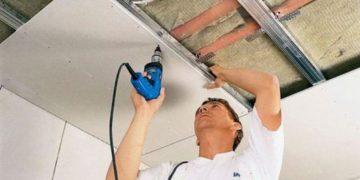 отделать потолок
