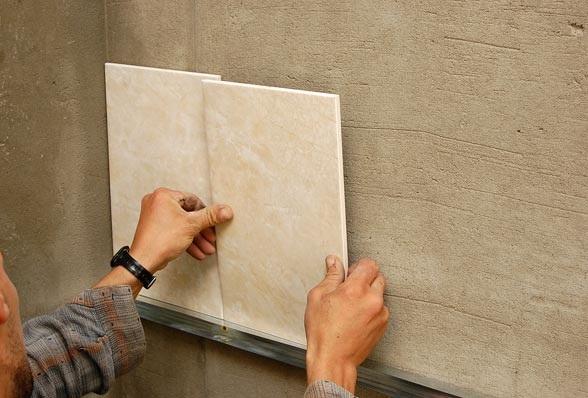 Укладка большой плитки на стену своими руками 15